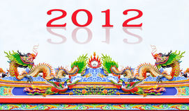 Chinees stijldraak en kippenstandbeeld op dak Royalty-vrije Stock Afbeeldingen