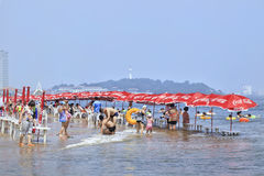 Chinees strand met Coca-Cola parasols, Yantai, China stock afbeeldingen