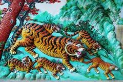 Chinees tijgersbeeldhouwwerk op de muur Stock Fotografie