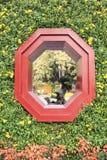 Chinees traditioneel achthoekig venster in de oosterse klassieke die stijl van Azië met chrysant wordt verfraaid royalty-vrije stock fotografie