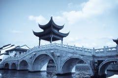 Chinees traditioneel paviljoen op de brug stock afbeelding