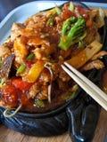 Chinees voedsel in elegant restaurant royalty-vrije stock afbeeldingen