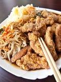 Chinees voedsel in elegant restaurant Stock Afbeelding