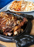 Chinees voedsel in elegant restaurant Stock Afbeeldingen