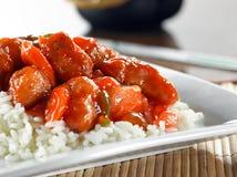 Chinees voedsel - zoete en zure kip op rijst Stock Afbeeldingen