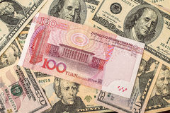 Chinees yuansbankbiljet op de dollarsachtergrond van de V.S. Stock Afbeelding