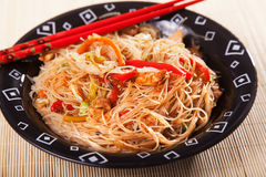 Chineese noodles with chicken and vegetables Royalty Free Stock Photos