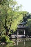 Chinese alkoof in de zomerpark stock afbeeldingen