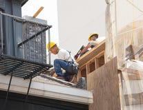 Chinese arbeiders die aan het dak werken Royalty-vrije Stock Foto's