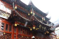 Chinese architectuur die in de sneeuw wordt behandeld Stock Afbeelding