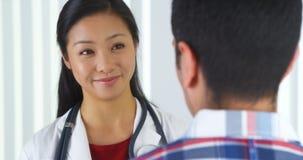 Chinese arts die aan patiënt spreken Stock Afbeeldingen