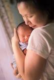 Chinese Aziatische Maleise moeder en haar pasgeboren jongen van de zuigelingsbaby Stock Afbeeldingen