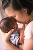 Chinese Aziatische Maleise moeder en haar pasgeboren jongen van de zuigelingsbaby Stock Afbeelding