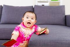 Chinese baby die rode zak nemen royalty-vrije stock afbeeldingen