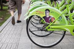 Chinese basketbalster Yao Ming in een reclamecampagne voor ziektekostenverzekering op openbare fietsen in Suzhou, oostelijk China Stock Foto