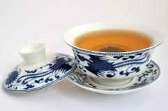 Chinese blauwe het Schilderen theekop en thee Stock Foto