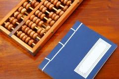 Chinese boek, telraam en het schrijven borstel op de lijst Royalty-vrije Stock Afbeelding