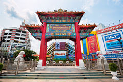 Chinese boog bij de Odeon-Cirkel in Chinatown, Bangkok, Thailand Stock Afbeelding