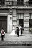 Chinese bruid en bruidegom op de straat Stock Afbeelding