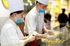Chinese chef-koks gemaakt tot gebakje, srgb beeld stock foto