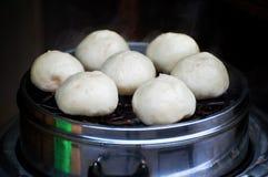 Chinese dämpfte die Brötchen, alias baozi und wartete gegessen zu werden Lizenzfreie Stockbilder