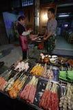 Chinese delicatessen, Openluchthandelskebabs in een Chinees dorp et stock foto