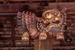 Chinese, der hölzernen Löwe schnitzt Lizenzfreies Stockfoto