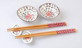Chinese die eetstokjes of eetstokjes op een achtergrond worden geplaatst stock foto