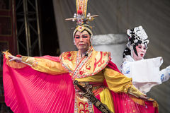 Chinese die opera op stadium in Yaowarat wordt uitgevoerd augustus 12, 2015 in Bedelaars Stock Afbeeldingen