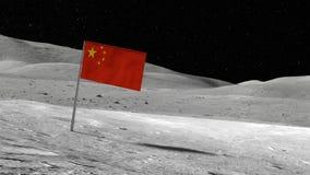 Chinese die vlag in de rotsachtige maanoppervlakte wordt geplakt met sterren en maan Royalty-vrije Stock Fotografie