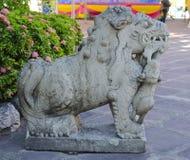Chinese dierlijke beschermer bij het Doen leunen van de Tempel van Boedha Stock Foto
