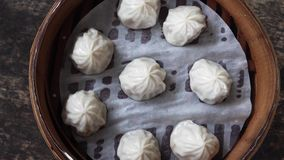 Chinese Dim Sum-Bollen in Bamboestoomboot Hoogste mening stock video