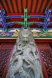 Chinese draak bij tempel met kleurrijk dak op achtergrond in Hongkong Royalty-vrije Stock Afbeelding