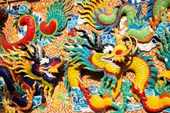 Chinese draak op colorfullachtergrond royalty-vrije stock fotografie