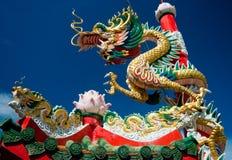 Chinese draak op oosters tempeldak Stock Fotografie