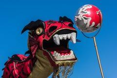 Chinese draak tijdens Gouden Dragon Parede. Stock Afbeeldingen