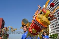 Chinese draak tijdens 117ste Gouden Dragon Parade Stock Foto