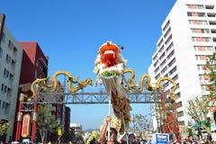 Chinese draak tijdens 117ste Gouden Dragon Parade Royalty-vrije Stock Fotografie
