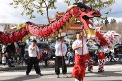 Chinese Draken, het symbool van Chienergie en geluk, in Gouden Dragon Parade, die het Chinese Nieuwjaar vieren stock foto's
