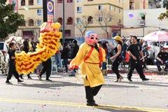 Chinese Draken, het symbool van Chienergie en geluk, in Gouden Dragon Parade, die het Chinese Nieuwjaar vieren royalty-vrije stock fotografie