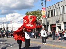 Chinese Draken, het symbool van Chienergie en geluk, in Gouden Dragon Parade, die het Chinese Nieuwjaar vieren stock foto