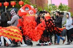 Chinese Draken, het symbool van Chienergie en geluk, in Gouden Dragon Parade, die het Chinese Nieuwjaar vieren royalty-vrije stock afbeeldingen