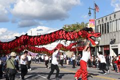 Chinese Draken, het symbool van Chienergie en geluk, in Gouden Dragon Parade, die het Chinese Nieuwjaar vieren stock afbeeldingen