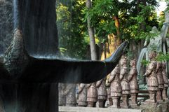 Chinese draken, standbeelden van ronin en fonteinen bij zonsondergang stock afbeelding