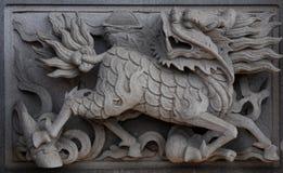 Chinese eenhoorn op de muur van de tempel. stock afbeelding