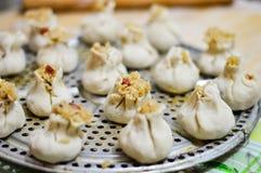 Chinese Eigengemaakte die Shaomai-Rijstbollen op Stoombootplaat worden geplaatst Royalty-vrije Stock Afbeeldingen