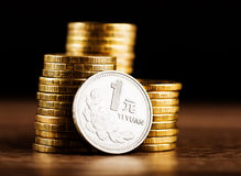 Chinese ein Yuan Coin- und Goldgeld auf dem Schreibtisch Stockfotos