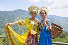 Chinese Etnische Meisjes in Traditionele Kleding Royalty-vrije Stock Fotografie