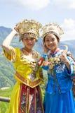 Chinese Etnische Meisjes in Traditionele Kleding Stock Afbeeldingen
