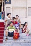 Chinese familie die een onderbreking in Qianmen-straat, Peking, China hebben Royalty-vrije Stock Foto's